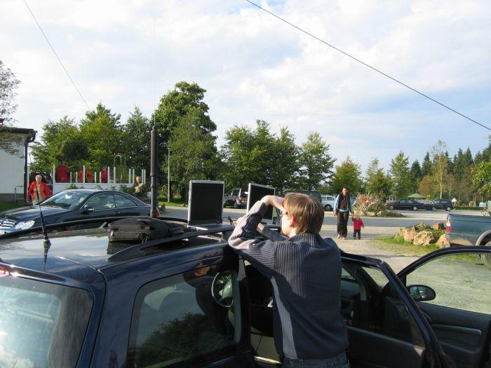 131_3144.JPG Überwachung der APRS-Signale und Funktionskontrollen. Im Bild DO1DTM.