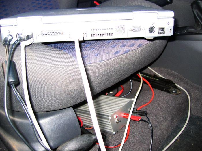 Img_3161mod.jpg Aufgerüstetes Verfolgerfahrzeug von DF3DCB. Laptop mit 10-A-Hochsetzsteller auf 18 V. An den Laptop sind ein AS296, eine USB-Maus und ein TNC2Q angeschlossen.